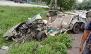 Toyota Corolla Altis đâm nát bét, tài xế may mắn thoát nạn