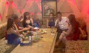 Bắt quả tang dàn nữ tiếp viên nhà hàng ăn mặc khêu gợi phục vụ khách trong phòng VIP