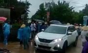 Thanh Hóa: Người dân đánh trống, bao vây nhóm thanh niên xăm trổ đi ô tô đến phá cổng làng
