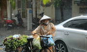Hà Nội đột ngột mưa lớn giữa trưa, có tuyến phố ngập đến 60cm