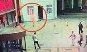 Video: Người đàn ông đang đứng dưới đường thì bị người nhảy lầu tự sát rơi trúng