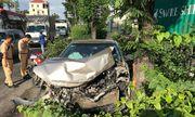 TP. HCM: Mất lái, ô tô Camry húc bay dải phân cách khiến người đi đường hoảng hốt