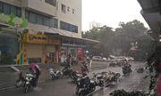 Loạt xe máy bị gió quật ngã, nằm ngổn ngang giữa đường ở HH Linh Đàm trong mưa dông