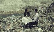 Sự thật về bức ảnh 'tình yêu bãi rác' của chàng trai Tây và cô gái Việt