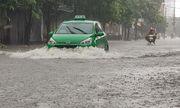 Nhiều tuyến đường ở TP.Vinh ngập vì mưa lớn, xe cộ