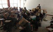 Giáo viên trị học sinh quay cóp bằng cách đội thùng carton lên đầu gây xôn xao mạng xã hội