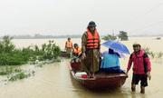 Chèo thuyền vượt 10km nước lũ đưa sản phụ đến bệnh viện sinh con