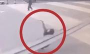 Video: Đang đi bộ thì bị thanh sắt rơi trúng, người phụ nữ tử vong tại chỗ