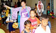 Ca sĩ hải ngoại Hồ Lệ Thu hóa thân làm chị Hằng đến với các em nhỏ nghèo tại Sóc Trăng