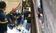 Hi hữu: Giải cứu người đàn ông bị mắc kẹt giữa 3 ngôi nhà ở Hà Nội