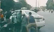Video: Taxi đè xe máy, cả chục người đi đường lao vào nâng ôtô cứu người