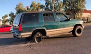 Lốp sau nổ tơi tả, trơ vành nhưng xe SUV vẫn lao vun vút trên đường