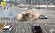"""Tài xế ôtô con chạy xe kiểu """"tự sát"""", suýt bị xe ben chở cát nghiền vụn"""