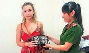 Nữ du khách nước ngoài nhận được điều bất ngờ từ Công an Hội An