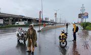 Phong tỏa làn xe máy trên cầu Sài Gòn vì bất ngờ xuất hiện dầu nhớt gây trơn trượt