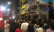 Cửa hàng phụ kiện điện thoại bốc cháy trong đêm, người dân đứng xem kín đường
