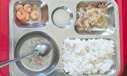 Hiệu trưởng bật khóc xin lỗi vì suất cơm trưa cho học sinh ít thức ăn