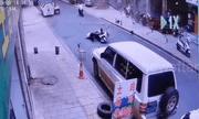 Video: Vụ nổ kinh hoàng thổi tung cánh cửa, hất văng người đàn ông xuống đường