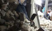 Nghệ An: Tài xế thiếu quan sát khiến lật xe tải chở đá, làm sập nhà dân