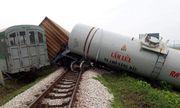 Nghệ An: Va chạm với xe tải, 4 toa tàu bị lật chắn ngang đường quốc lộ