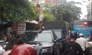 Cô gái trèo lên nóc ô tô nhảy múa khiến cả tuyến phố ở Hà Nội ùn tắc