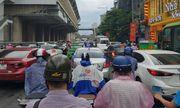 Hà Nội đón mưa dông vào giờ cao điểm, người dân di chuyển khó khăn vì tắc đường