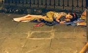 Rớt nước mắt hình ảnh bé gái nằm ngủ trên đường trong đêm Việt Nam giành chiến thắng