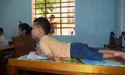 Cậu bé 7 tuổi liệt tứ chi và nghị lực phi thường khi viết chữ bằng miệng