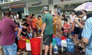 Dân chung cư Hà Nội chen chân, dầm mưa xếp hàng xách từng can nước như thời bao cấp
