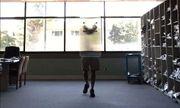 Cận cảnh loại vật liệu có thể bẻ cong ánh sáng khiến người đứng sau trở nên vô hình