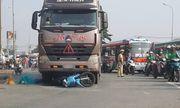 Tin tức tai nạn giao thông mới nhất hôm nay 23/10/2019: Tông xe đầu kéo, cả gia đình thương vong