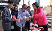 Phát cơm từ thiện cho bệnh nhân nghèo ở Bệnh viện K