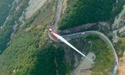 Mục sở thị hành trình chở cánh turbine gió khổng lồ dài 70 m lên đỉnh núi cheo leo