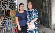 Nữ Việt kiều xúc động nhận lại 3.500 USD từ cô chủ quán nghèo