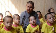 Cảm động người đàn ông 'dành cả thanh xuân' nuôi dưỡng gần 100 trẻ bị bỏ rơi