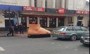 Video: Người đi đường tròn mắt vì chiếc ô tô hình bàn chân di chuyển trên phố