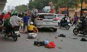 Xế hộp bất ngờ tăng ga tông hàng loạt phương tiện trên phố, 5 người bị thương