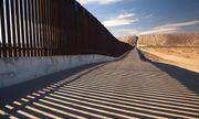 Cận cảnh bức tường biên giới