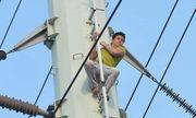 Thanh niên nghi ngáo đá trèo lên cột điện cao thế náo loạn phố Hà Nội hơn 2 giờ đồng hồ
