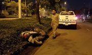 Người đàn ông bị thương nặng gần khu công nghiệp bên cạnh chiếc xe máy hỏng nhiều bộ phận