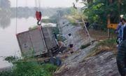 Ô tô tải mất lái, lao xuống sông, đâm tử vong một người thuyền chài đang đánh cá