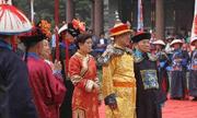 Sau 107 năm nhà Thanh sụp đổ, hậu duệ đời thứ 7 của vua Càn Long vẫn mặc long bào thờ cúng tổ tiên