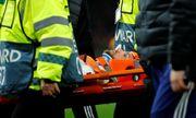 Tiền vệ lui về phòng ngự bị sao Premier League sút trúng đầu bất tỉnh