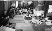 Vợ khóc ngất trước di ảnh của người chồng bị điện giật khi sang Lào mưu sinh