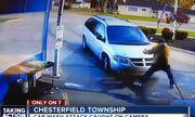 Video: Thanh niên lái ô tô tông thẳng vào tình địch vì ghen tuông