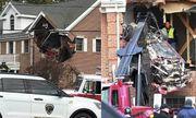 """Kinh hoàng chiếc Porsche """"bay"""" đâm thủng tường nhà, 2 người chết tại chỗ"""