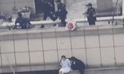 Ôm hoa tới nhà bạn trai cũ nhưng không được vào, cô gái 25 tuổi định nhảy lầu từ tầng 30