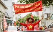 CĐV Việt diễu hành khắp phố,