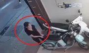 Video: Người phụ nữ thản nhiên trộm xe điện trên phố