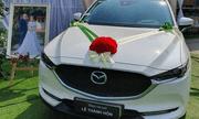 Đúng ngày cưới bố mang Mazda trắng để trước rạp cùng tấm biển